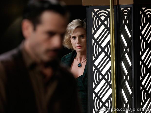 em ser vista, Volpina escuta Benito falar que Ernest mandou atacar Mundo (Foto: Fábio Rocha/TV Globo)