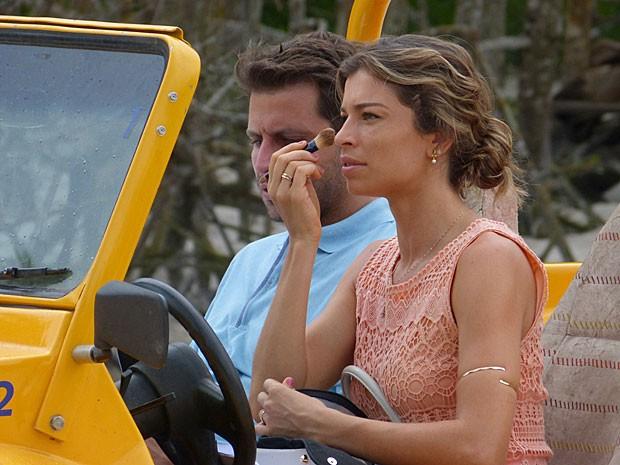 Grazi não perde a chance de dar o último retoque na maquiagem (Foto: Flor do Caribe/TV Globo)
