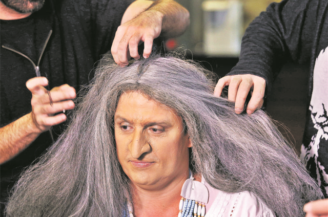 Ceará passando pelo processo de caracterização para interpretar Maria Bethânia na nova temporada do 'Ceará fora da casinha' (Foto: Edu Viana/Multishow)