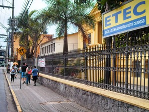 Fachada da ETEC Ruth Cardoso, em São Vicente, neste domingo (26) (Foto: Ivair Vieira Jr/G1)