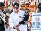 Kris Jenner passeia com a netinha North, filha de Kim Kardashian