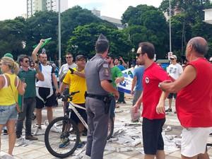 Em Piracicaba (SP), o protesto começou por volta das 9h40 com um princípio de confusão. O grupo que pede o fim da corrupção e o impeachment da presidente Dilma Rousseff (PT) tentou expulsar cerca de 10 pessoas com bandeiras do MST e do PCO. (Foto: Thainara Cabral/G1)