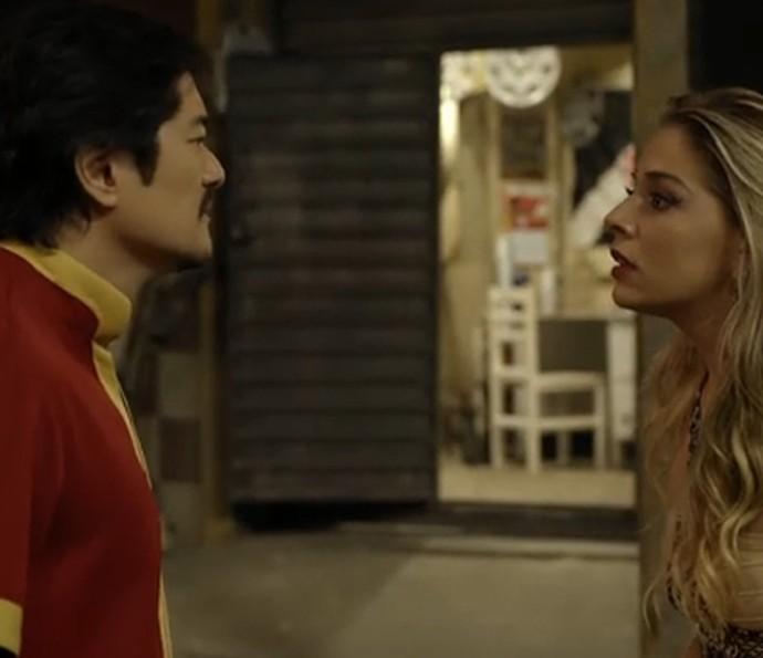 Odete planeja fugir com o chinês Men Fu em Pé na Cova (Foto: TV Globo)