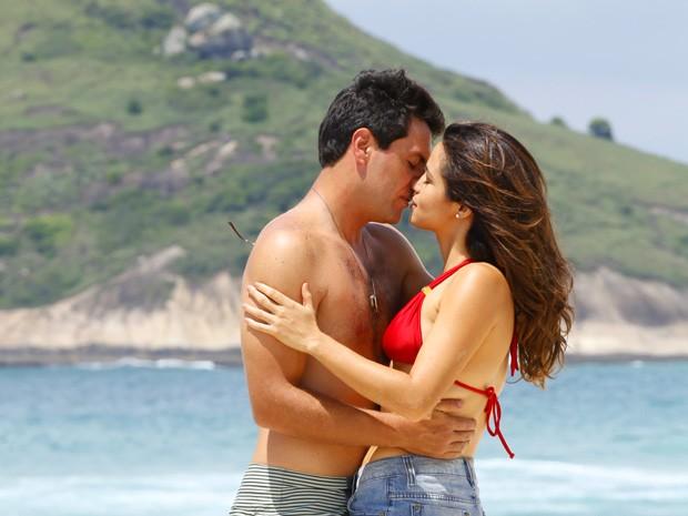 Morena e Théo aproveitam a praia (Foto: Salve Jorge/TV Globo)