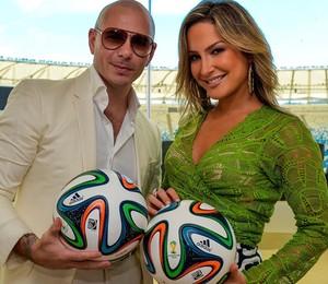 O rapper americano Pitbull e a cantora brasileira Cláudia Leitte, em sessão de fotos com a bola oficial da Copa do Mundo (Foto: Buda Mendes - FIFA/FIFA via Getty Images)