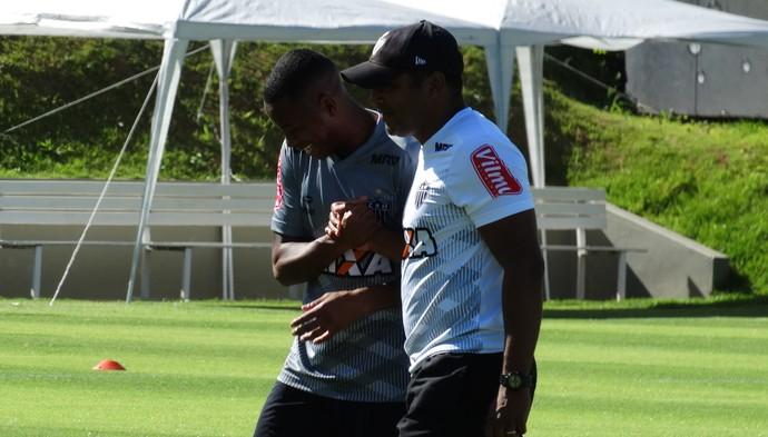 Robinho e Roger Machado, do Atlético-MG (Foto: Rafael Araújo)