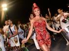 Gracyanne Barbosa usa vestido transparente e deixa calcinha à mostra
