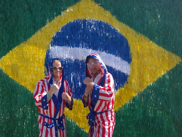 Americanos fazem pose em frente à bandeira do Brasil no Pelourinho em Salvador (Foto: Yuri Girardi / G1)