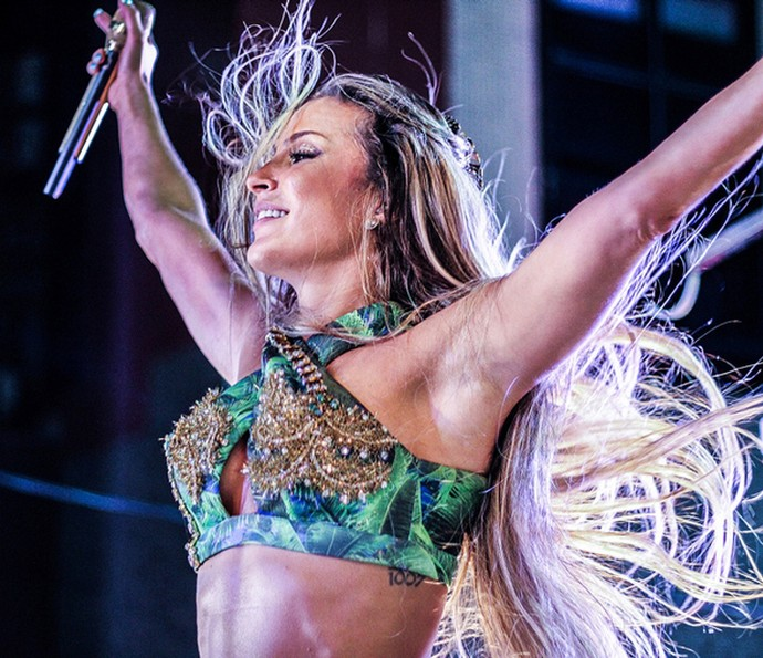 Claudinha está megafeliz com sua forma física (Foto: Divulgação)