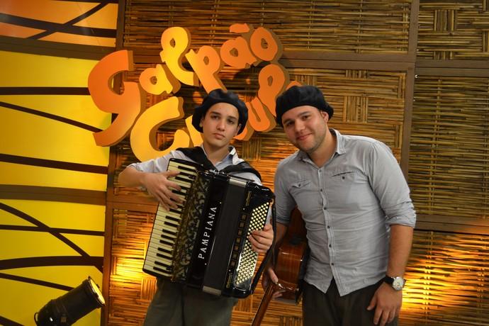 Gaiteiro Vitor Padilha mostra sua música no palco do Galpão Crioulo.  (Foto: Nice Sordi/RBS TV)