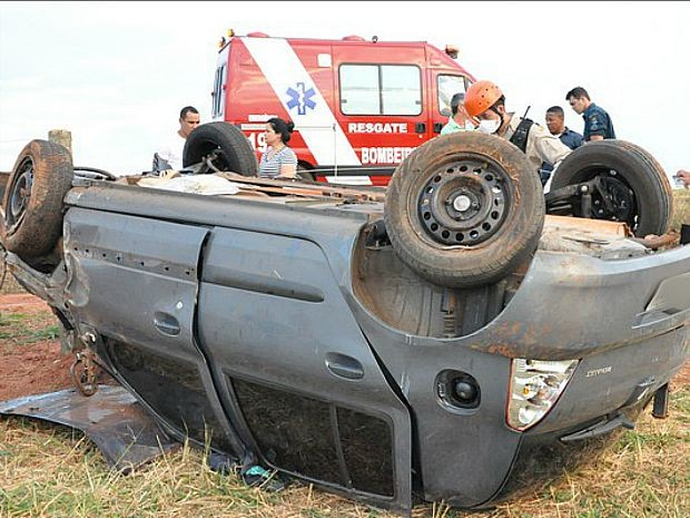 Carro ficou com o teto virado para o solo após capotar. (Foto: Fernando de Brito/Brito News)