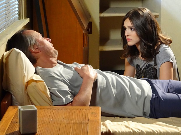 Cida ajuda Sarmento, que agora ela sabe ser seu pai (Foto: Cheias de Charme / TV Globo)