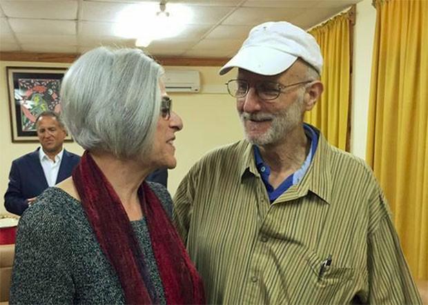 Em foto publicada na internet pelo senador americano Jeff Flake, Alan Gross conversa com sua mulher  em Havana (Foto: Reuters)