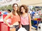 Sheron Menezzes desfila na praia de roupa social ao gravar cenas de Babilônia