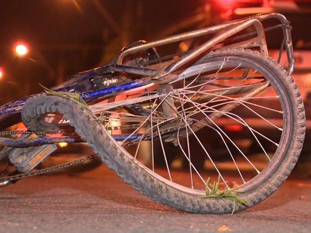 Ciclista foi atropelado em Vila Velha (Foto: Reprodução/ TV Gazeta)