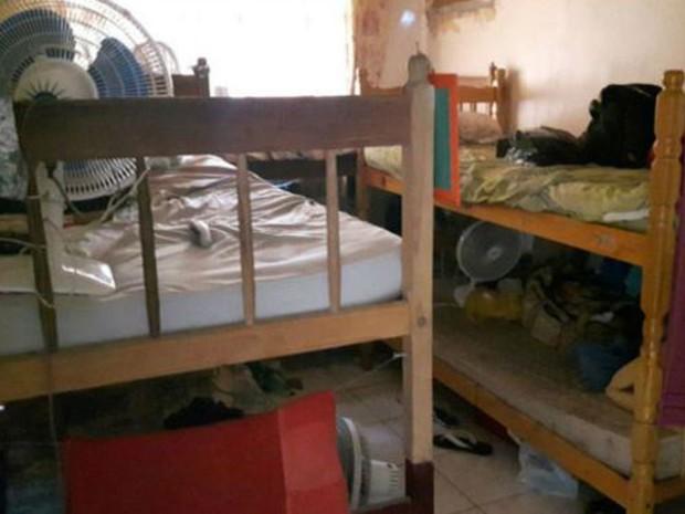 No total, seis pessoas dormiam em três beliches neste pequeno quarto  (Foto: MPT RJ)