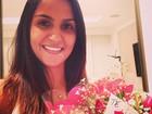 Adriano Imperador fotografa namorada sorrindo após ganhar flores
