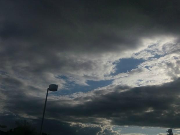 ~Choveu levemente na tarde desta segunda-feira (12) em Campo Grande (Foto: Nathália Rabelo/G1 MS)