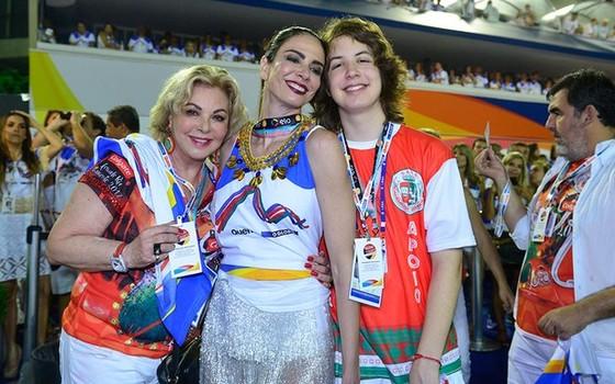 Luciana Gimenez posa entre a mãe, Vera, e o filho, Lucas Jagger no camarote Quem/ O Globo (Foto: divulgação)