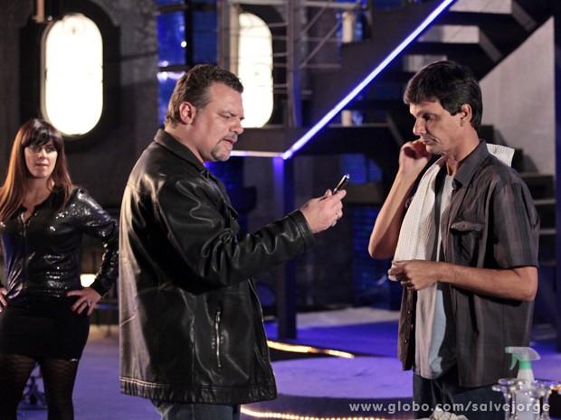 Jô dá mole e caneta com câmera cai nas mãos de Russo (Foto: Salve Jorge/TV Globo)