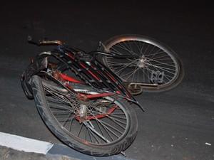 Ciclista morreu no local do acidente (Foto: Thiago j. Cabral)