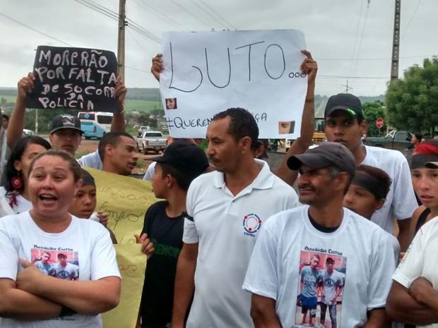 Familiares protestam contra suposta omissão em socorro a vítimas que bateram carro após perseguição policial (Foto: Isabella Calzolari/G1)