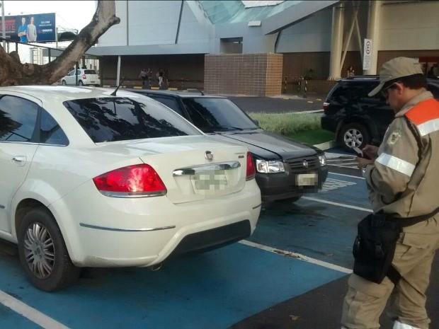 Carros estavam estacionados em vagas especiais para idosos e deficientes (Foto: Divulgação/Manaustrans)