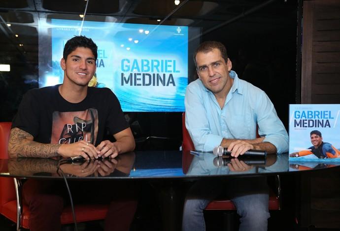 Gabriel Medina e o jornalista Tulio Brandão lançam biografiam do primeiro brasileiro campeão mundial (Foto: |Roberto Filho)