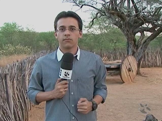 Repórter André Vinícius no quintal da casa onde nasceu Lampião (Foto: Reprodução / TV Asa Branca)