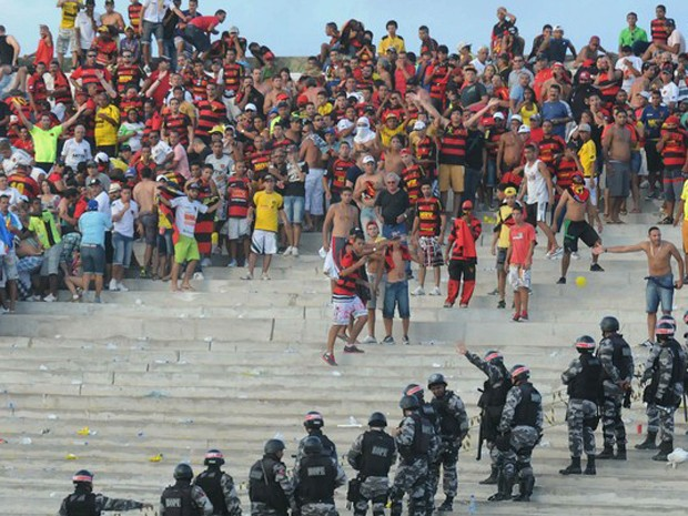 Polícia Militar da Paraíba usou balas de borracha e spray de pimenta para controlar torcida (Foto: Aldo Carneiro / Pernambuco Press)