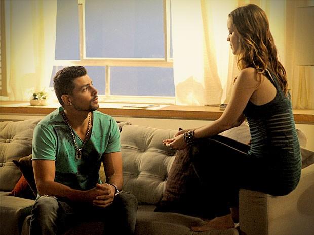 Jorginho pede que Débora guarde envelope com fotos de Carminha (Foto: Avenida Brasil / TV Globo)