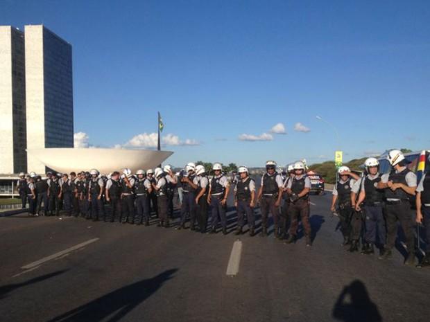 Policiais militares formam cordão na altura do Palácio do Itamaraty, em Brasília, para evitar que manifestantes cheguem à Praça dos Três Poderes (Foto: Isaura Borba/G1)