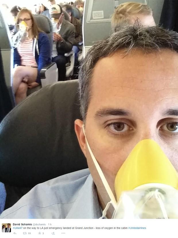Passageiro de voo nos EUA relata perda de oxigênio na cabine do avião e posta selfie com máscara (Foto: Reprodução/dschamis)