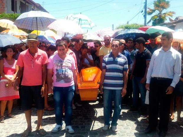 Sepultamento da vítima foi acompanhado por uma multidão (Foto: Divulgação/Polícia de Nova Fátima)