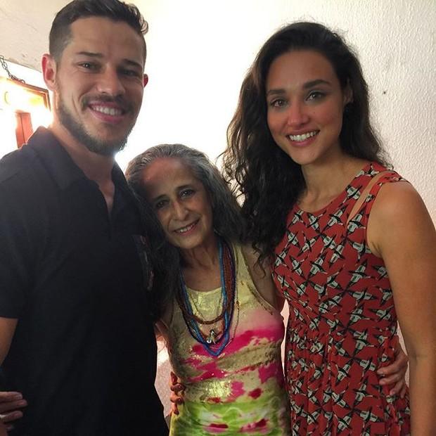José Loreto e Débora Nascimento com Maia Bethânia em show na Zona Sul do Rio (Foto: Instagram/ Reprodução)