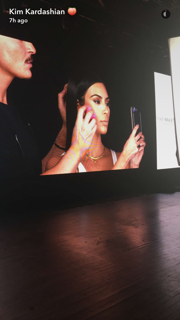 Kim Kardashian na Master Class, em Dubai (Foto: reprodução/Snapchat)