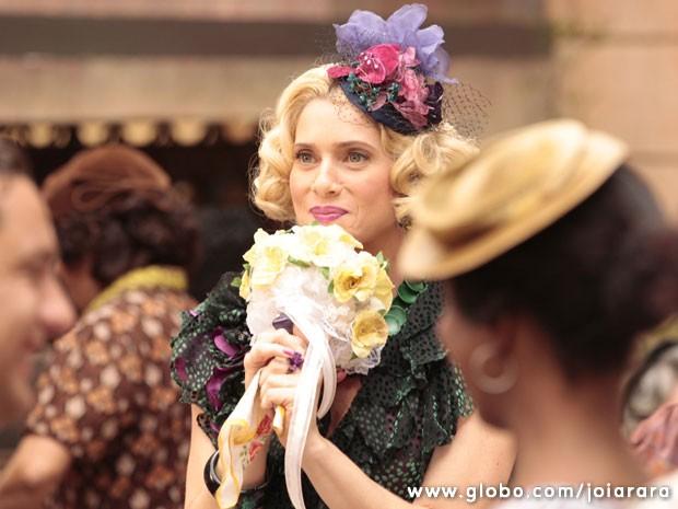 A vedete Lola vai pegar o buquê. Será que vem casamento por aí?  (Foto: Joia Rara / Tv Globo)