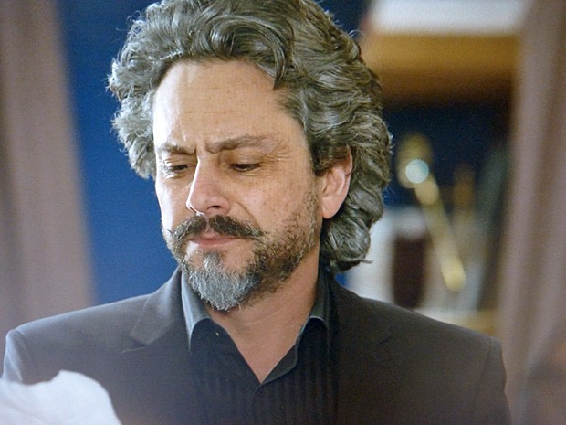 Zé lê descrição de gravação e avisa Marta que Téo tem provas piores (Foto: TV Globo)