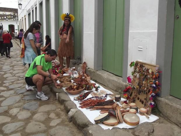 Moradores e turistas de Paraty são atraídos pelo trabalho da tribo Pataxó (Foto: Paola Fajonni/G1)