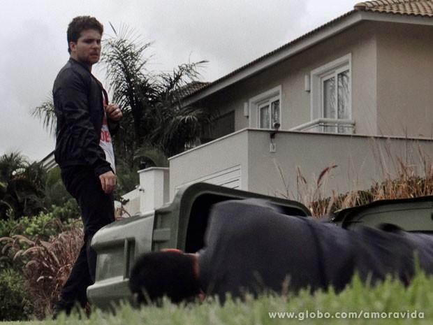 Niko deixa Eron no chão após dar um soco nele (Foto: Amor à Vida/TV Globo)