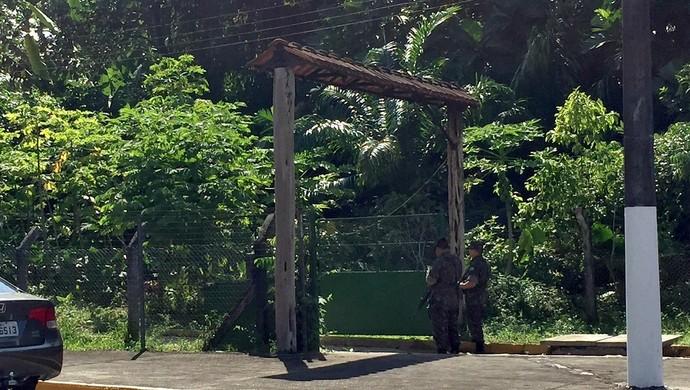 Militares posicionados em uma das saídas do zoológico, llogo ao fim do revezamento (Foto: Isabella Pina)