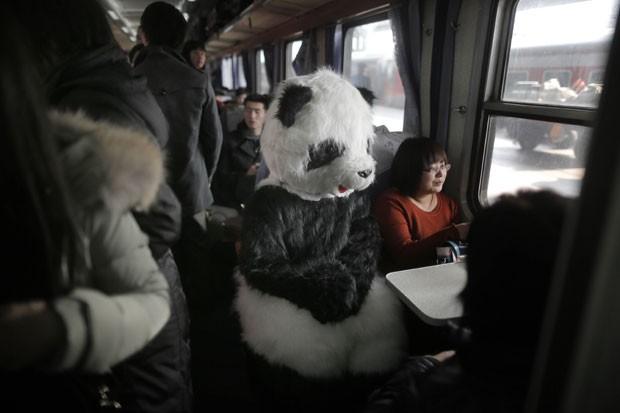 Mulher foi vista viajando de trem em Pequim usando uma fantasia de panda (Foto: AFP)