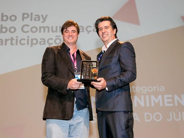 Guilhermo Reis, gerente de Plataforma VOD (à esquerda), recebe prêmio.  (Foto: Divulgação)