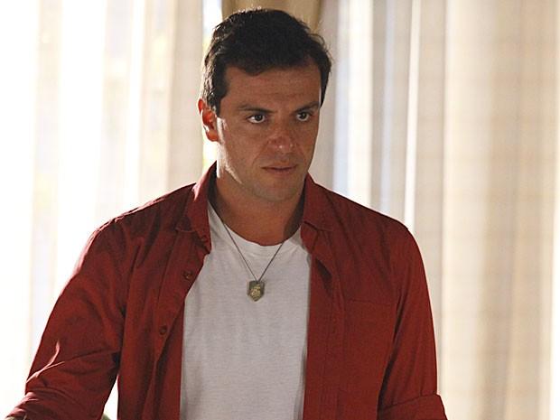 Théo dá informação preciosa a Helô (Foto: Salve Jorge/TV Globo)