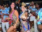 Solange Gomes usa vestido decotado em coroação de Luana Caetano