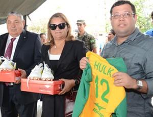 Doação de material esportivo para o projeto 'Hulk em ação - o craque da solidariedade' (Foto: Divulgação)