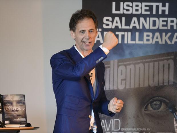 O escritor e jornalista sueco David Lagercrantz, autor de 'Millennium 4 – A garota na teia de aranha', durante entrevista coletiva em Estocolmo nesta quarta-feira (26), para lançar o novo volume criado a partir da trilogia original best-seller de Stieg Larsson (Foto: Fredrik Sandberg/Reuters)