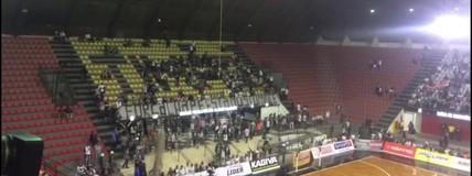 Torcida do Corinthians homenageia a Chape antes do jogo final da Liga Paulista de futsal