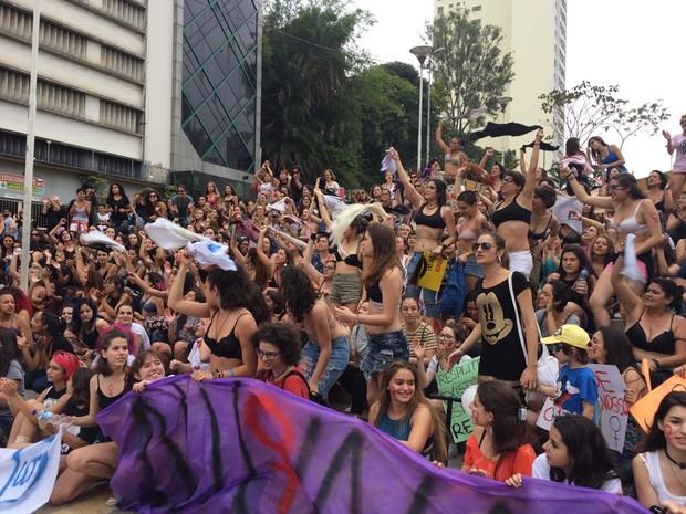 Feministas tiram blusas ao cantar: feminismo é revolução (Foto: Lívia Machado/G1)