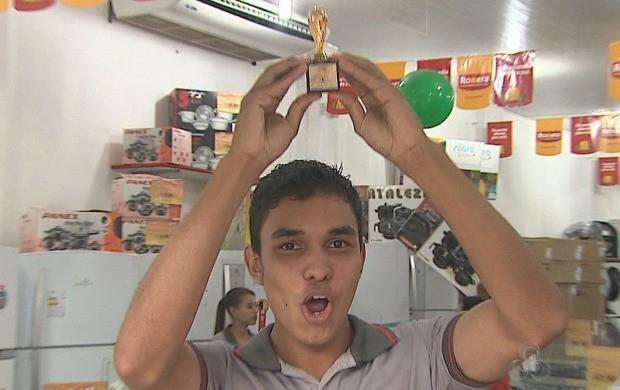 Torcedores ergueram réplica em miniatura da taça da Copa do Mundo, nas ruas de Rio Branco (Foto: Acre TV)
